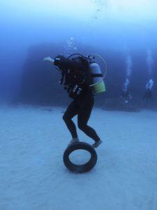 水中 タイヤ遊び